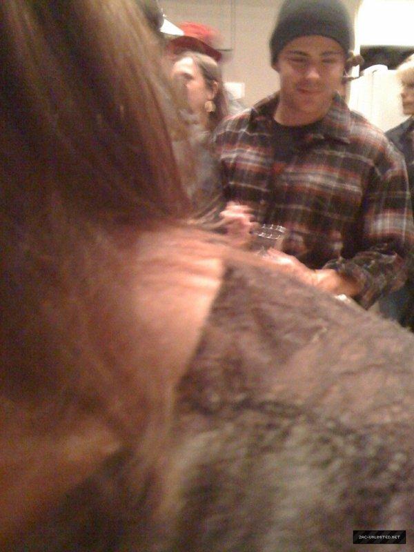 Zac a une fête en Caroline du Nord ( avec Vanessa et Sophia Bush)  -