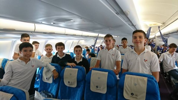 Après plus de 14 heures de vol, les petits chanteurs sont bien arrivés à Chengdu