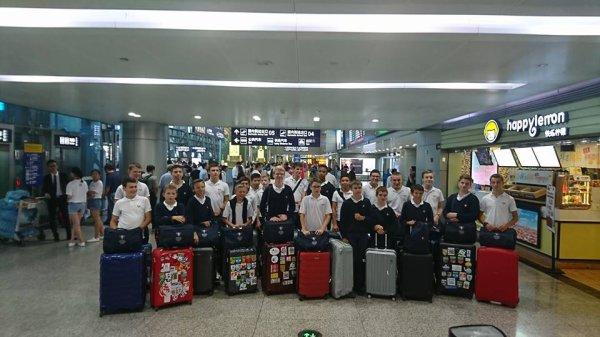 Photo de groupe dans l'aéroport
