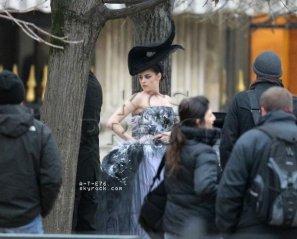 Kristen dans les rue de Paris