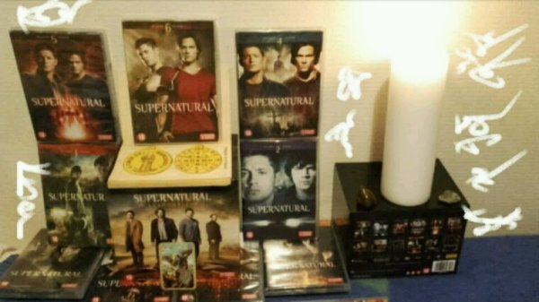 design fait by myself avec mes dvd de supernatural bougies livre d'amulettes et formule de protection contre le mal.