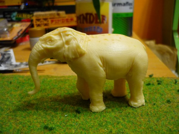 pour changer du chapiteau un peu de peinture sur les elephants achetés au salon