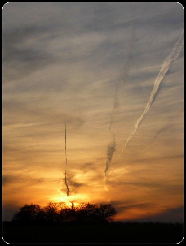 voilà ce que ça donne quand les avions se mêlent au coucher de soleil