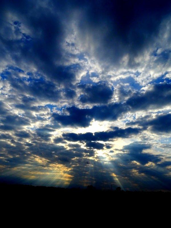 un  coucher de soleil nuageux ce soir