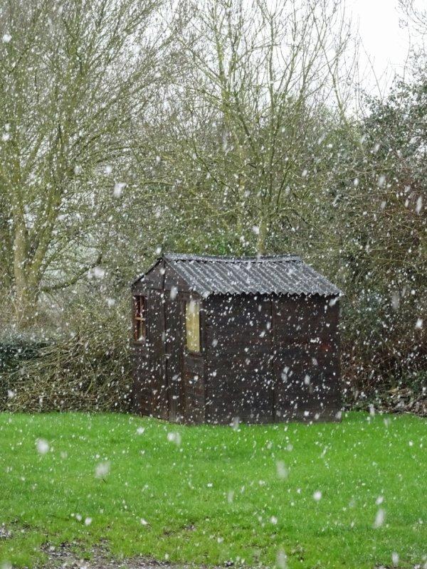 il neige depuis ce matin , un peu moins cet apres midi mais elle ne reste pas