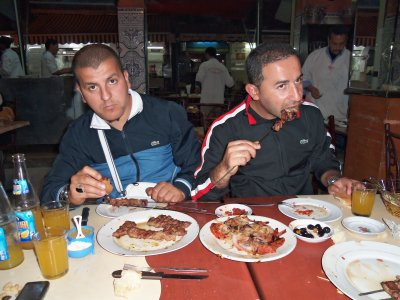 moi et mon amis dans un restau au maroc