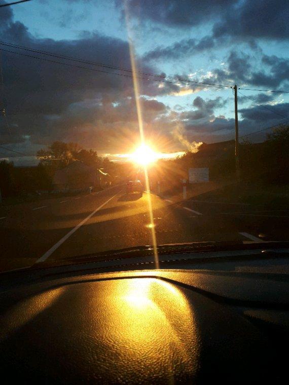 Soleil en pleins phares