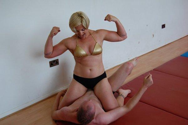 Défiée par un gringalet, la lutteuse n'en fait qu'une bouchée !