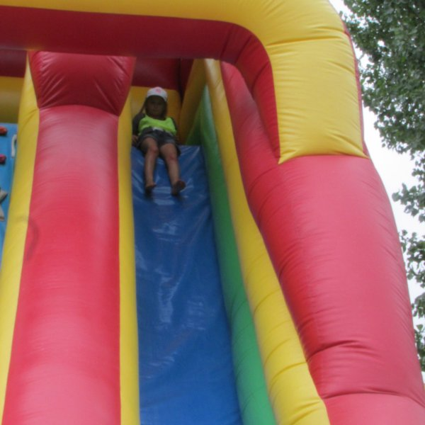 Aujourd'hui parc de jeux gonflables et pique nique ! L'éclate !