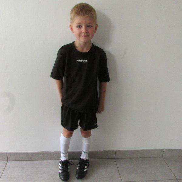Equipement foot...papa m'a acheté un short, maillot et des chaussettes ! Je suis prêt !