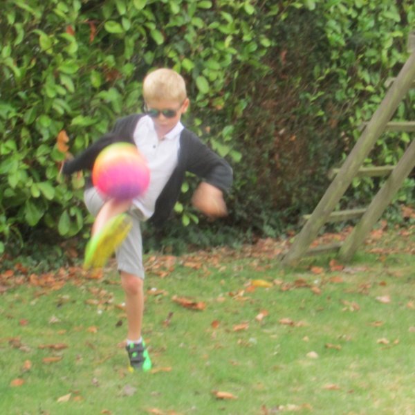 Dès que Jules rentre...hop il file au jardin faire du foot ! Méline aussi parfois