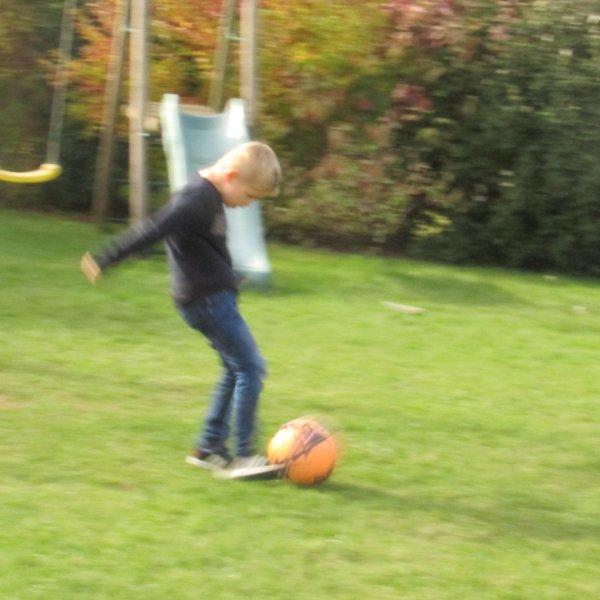 Visite chez Bénédicte ma maitresse de petite section...j'ai fait un foot avec Louis et Méline a joué avec Alice.