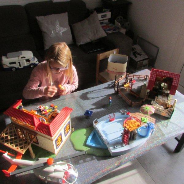 Après midi playmobils...Jules a sorti tous ses véhicules et Méline s'invente un camp de vacances !
