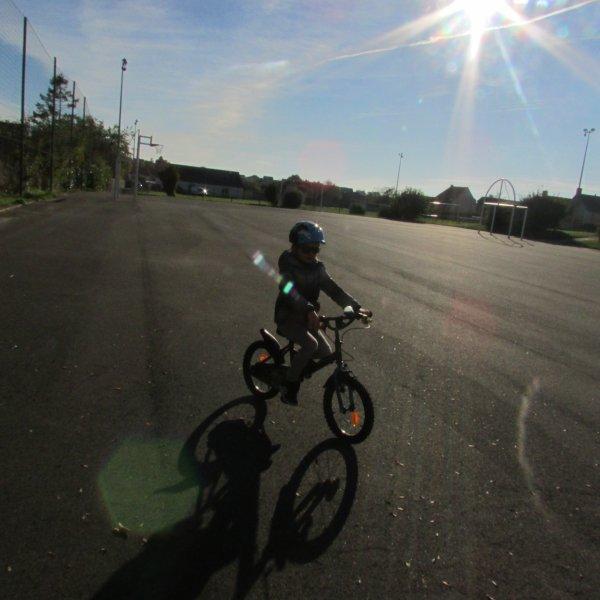 Vélo et skate au soleil