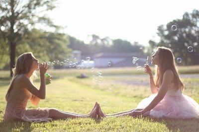 """""""Un ami est celui qui vous laisse l'entière liberté d'être vous-même."""""""