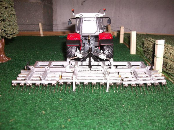 le mf 5480 avec la herse de prairie JOSKIN