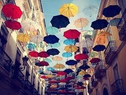 Nous avons besoins de parapluie quand il pleut... De quoi avons nous besoins quand ce sont des parapluies qu'il pleut??