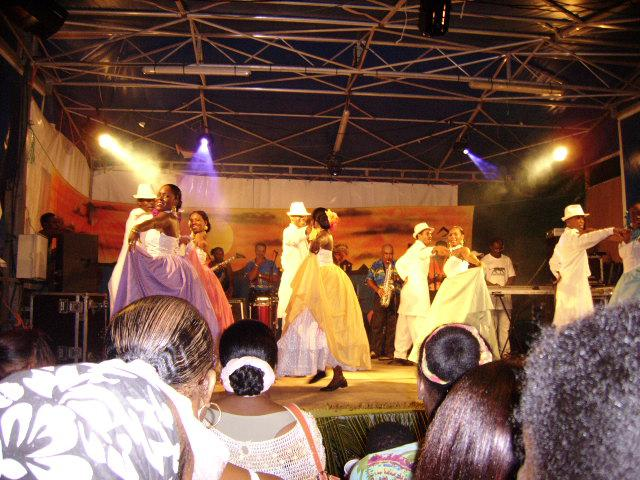 La Grace de la valse créole dans de superbes costumes fruit du travail de tout les membres du ballet