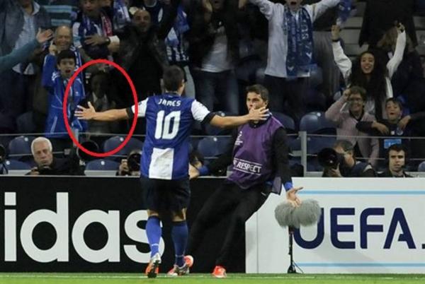 Un fantôme photographié lors du match PSG / FC Porto
