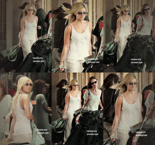 18/03/12 Tisdale a été vue al'aéroportHonolulu aHawaïelle était avec Carlos Pena et Samantha Droke. Bah pour moi c'est bof je n'aime pas vraiment mais pour une tenued'aéroportça va! Et toi? TOP/BOF/FLOP?
