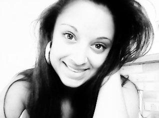 Arrête de cacher tes peines derrière des sourirs, parle a ceux en qui tu as confiance ;)
