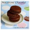 Traditionnels macarons au chocolat.