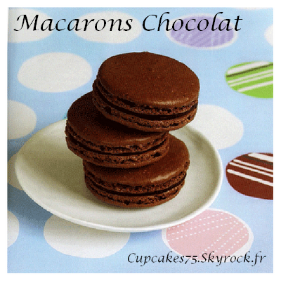 Traditionnels macarons au chocolat.