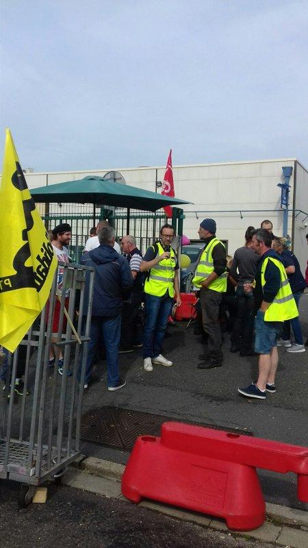 Grève à Le Havre Aéroport La Poste (société de destruction massive d'emplois) vs SUDPTT