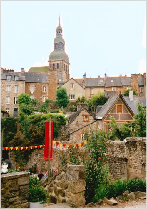 Le magnifique village de Dinan en Bretagne aux alentours de l'année 1998.