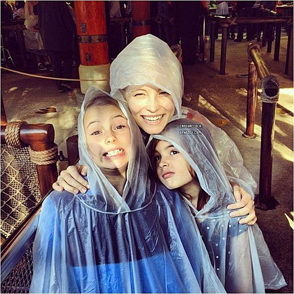 29.11.2013 - Candice était à Jurassic Park avec Joe et ses deux filles.