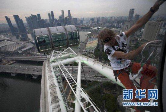 Alain Robert  a grimpé la Singapore Flyer