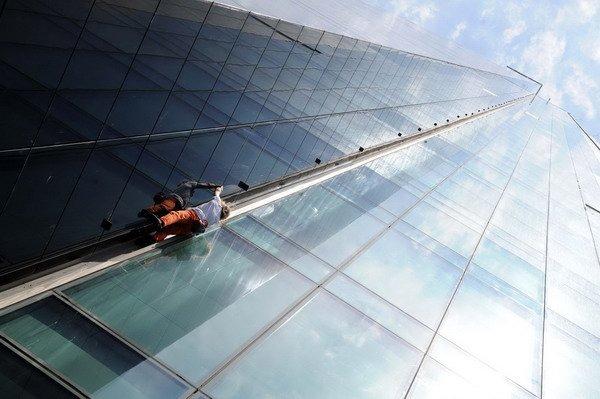 Alain Robert escalade le plus haut gratte-ciel de Turquie