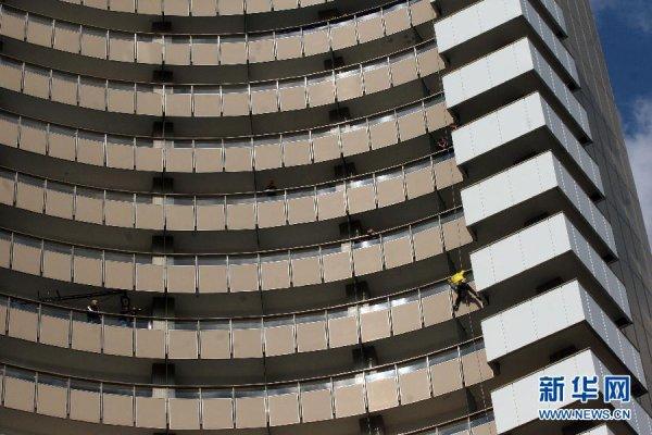 Alain Robert escalade un hôtel de 77 m en Roumanie