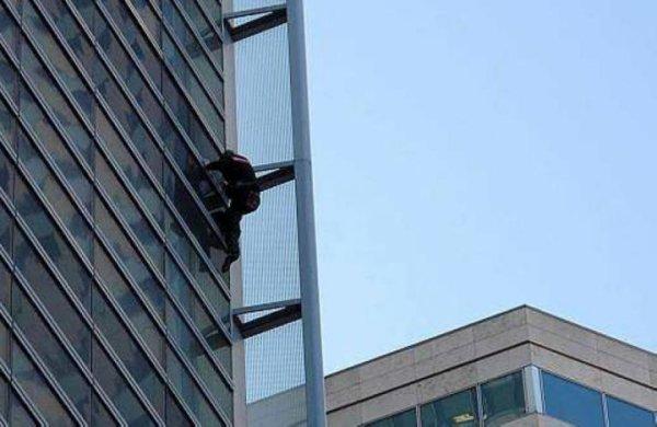 Alain Robert a escaladé la tour de GDF Suez