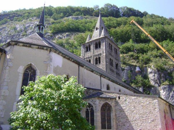 Spiderman va tisser sa toile sur le clocher de l'Abbaye de Saint-Maurice