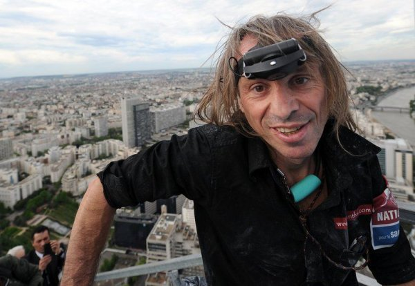 Alain escalade un gratte-ciel en Chine