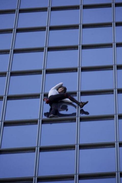 La Défense : Alain Robert, l'homme araignée, a escaladé la tour Total