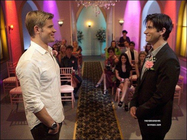 *  TEDDY SE MARIE DANS UN DE SES DERNIER EPISODE SUR «90210 BERVELY HILLS» !  * Un mariage avec Shane son copain au début de novembre est le début de la fin pour Teddy de «90210» joué pas Trevor Donovan.Il a été sur le plateau pour les noces colorées,qui ont lieu dans une chapelle Cheesy Vegas avec un imitateur d'Elvis.Par l'occasion est amère pour Trevor,qui n'apparaît que dans deux épisodes de plus après le mariage. Il dit qu'il a été dit que Teddy étais de sortir de l'histoire a été traitée si bien qu '«ils ne veulent pas prendre quoi que ce soit loin de lui» et c'est bien qu'il se terminant avec un moment héros.Trevor peut aller jouer  pour le grand écran «j'ai eu quelques rencontres avec le producteur qui travaille avec Mattel» confirme Trevor,qui a déjà l'½il sur Dianna Agron de Glee «j'ai travaillé avec elle sur une campagne de vêtements l'an dernier» (Source : TVGuide) *