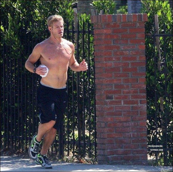 * 12 Sept 11 (Flach Back) :Trevor a étais flacher par les paparazis fessant du Jogging dans «West Hollywood» ... !Trevor Donovan a étais apperçus dans «West Hollywood» (Californie) courant dans les rues de Los Angeles avec ses écouteurs ! *