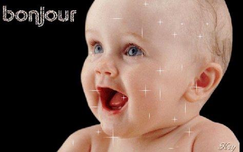 un bebe qui dit bonjour