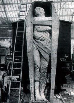 WTF ?  Un géant fossilisé de plus de 3,70  mètres ...?