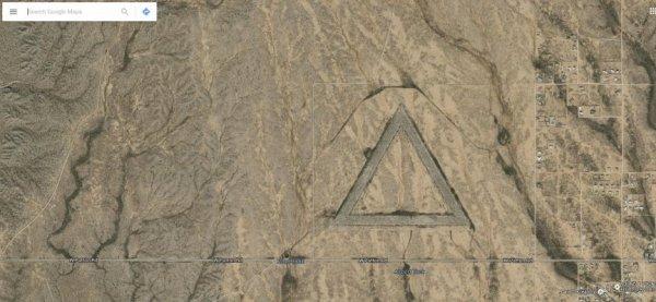 Un  triangle équilatéral géant dans le désert près de la ville de Surprise en  Arizona