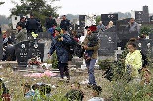 Intox :   Cette photo ne  montre pas des migrants faisant un pique-nique dans un cimetière à Calais