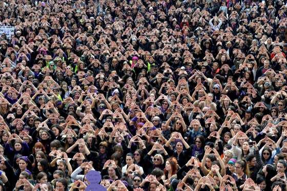BILBAO, ESPAGNE 8 mars :   Des manifestants forment des triangles avec leurs mains lors d'un rassemblement pour les droits des femmes.