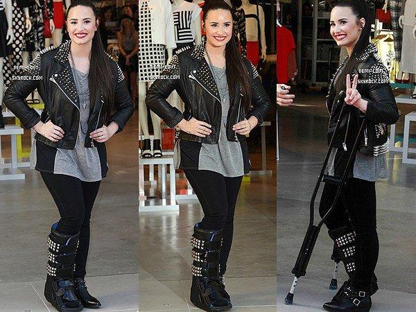 ____________________________________________________________________________ 14 Février 2013 : Demi Lovato était à l'ouverture du magasin « TopShop » à Los Angeles. ___________________________________________________________________