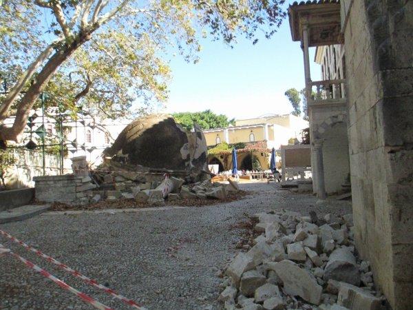 suite on vois très bien le minaret détruit au tremblement  de terre du mois juillet