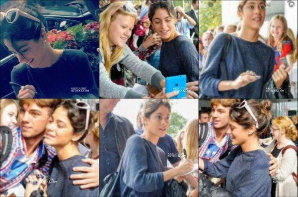 Martina à pris des photos et à signer des autographes à ses fans devant son hôtel .