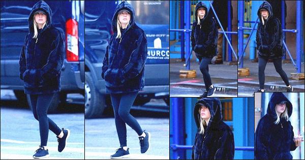 . 11/12/2017 - Lundi, c'est une Ashley Benson toute fatiguée que nous retrouvons dans les rues de la grosse pomme (NY) .  Le lendemain, elle a été vue avec sa nouvelle copine Kristen Stewart, dans New York. J'aime beaucoup ce candid de plus, Ashley nous fait un beau top ! .