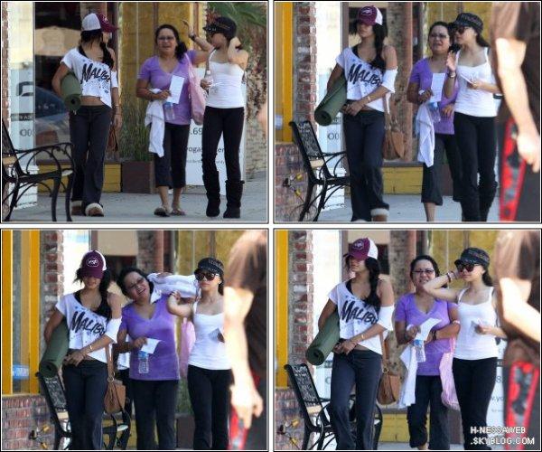 .  12 Septembre : . Vanessa sortant de son cours de Yoga. Ce n'est pas très nouveau.. Sauf que Vanessa était cette fois accompagner de sa mère et de sa soeur, Stella. TOP ou FLOP ? .