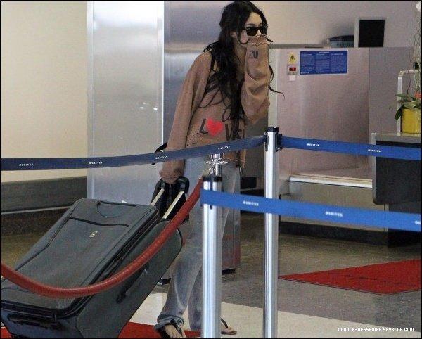 .  14 Novembre : . Vanessa à LAX, l'aeroport de Los Angeles. Elle est enfin rentrer à Los Angles ! TOP ou FLOP ? .